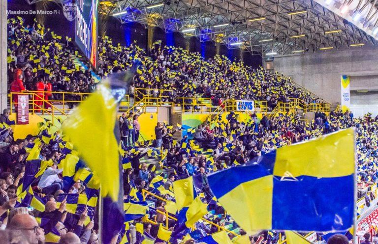 Un Agsm Forum ridondante di entusiasmo e di bandiere gialloblù
